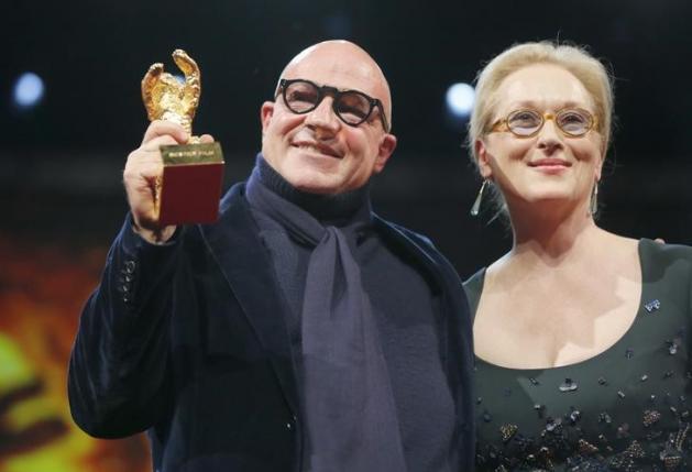 Direktur Gianfranco Rosi hakim berpose Ketua Streep menerima Golden beruang Award di Berlin International Film Festival Berlin 66